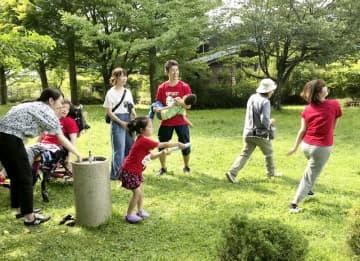 旅先の長野県軽井沢町で遊ぶ子どもやスタッフたち=2019年8月(オレンジキッズケアラボ提供)
