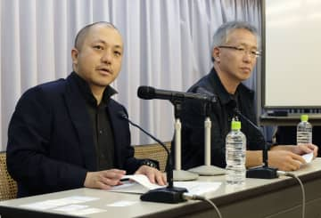 記者会見する白石和弥監督(左)と井上淳一監督=29日午後、東京都港区