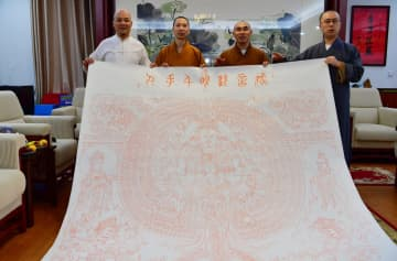 伝統版画の著名作家、アモイの寺院に大型仏版画を寄贈