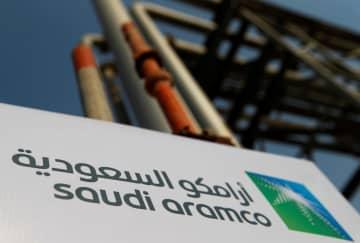 石油施設に掲げられたサウジアラムコの看板=12日、サウジアラビア東部アブカイク(ロイター=共同)