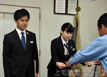 高木署長(右)から感謝状を受け取った町田さん(左)と加藤さん