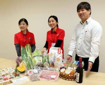 フェアで出品する野菜や加工品などを紹介する関係者たち