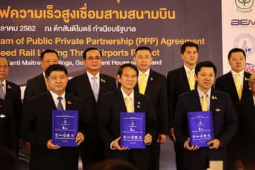 (In front row) Voravuth Mala (L), deputy governor of the Property Management Group and acting governor of the State Railway of Thailand, Kanit Sangsubhan (C), secretary general of Eastern Economic Corridor Office of Thailand, Suphachai Chearavanont (