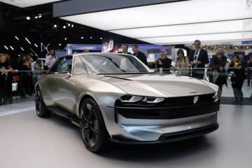 パリ国際自動車ショーで、プジョーが展示した電気自動車=2018年10月(AP=共同)