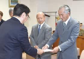 小笠原市長から委嘱状を受け取る白戸さん(右)