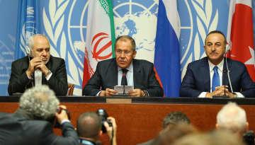 29日、スイス西部ジュネーブで記者会見する(左から)イランのザリフ外相、ロシアのラブロフ外相、トルコのチャブシオール外相(ゲッティ=共同)