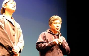 主催者と市の対応を批判する是枝監督(右)=川崎市麻生区の市アートセンター