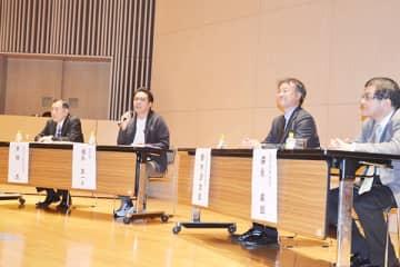 「翔んで埼玉」をきっかけに埼玉の魅力を語る脚本家の徳永友一さん(左から2人目)=26日午後、草加市の獨協大学
