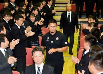 母校の国学院栃木高を訪れ、生徒から拍手で歓迎される田村優選手(中央)=29日午後4時50分、栃木市平井町