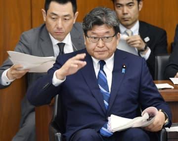 衆院文科委で答弁のため挙手する萩生田文科相=30日午前