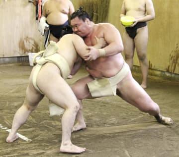 稽古を再開し、炎鵬(左)に胸を出す白鵬=福岡県篠栗町の宮城野部屋宿舎