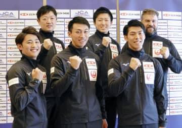 パシフィック・アジア選手権を前に記者会見し、ポーズをとるカーリング男子日本代表の松村(前列左)ら=30日、羽田空港