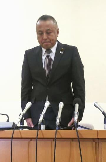 記者会見で謝罪する原田隆司・愛知県豊田市議=30日午後、豊田市役所