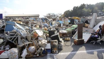 満杯になった災害ごみの仮置き場=30日午後、千葉県茂原市