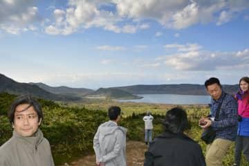 国後島の火山を訪れた日本人観光客ら=30日(共同)