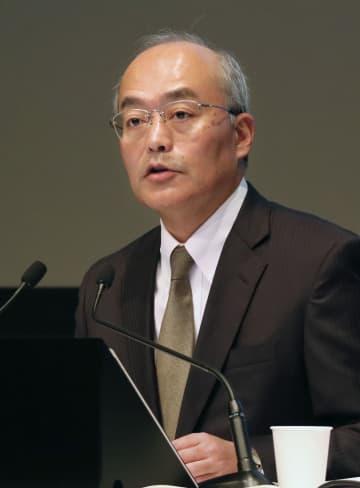 決算発表会見で説明するソニーの十時裕樹最高財務責任者(CFO)=30日午後、東京都港区