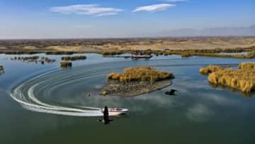 紺碧の波に輝く沙湖の秋景色 寧夏回族自治区