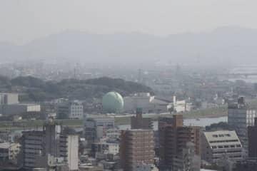 黄砂の影響でかすんで見える岡山市内=30日午後0時27分、同市北区柳町の山陽新聞本社ビルから