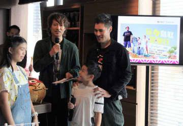 鳥取県を紹介するテレビ番組のPRイベントで、出演した香港人タレントらがあいさつした=30日、尖沙咀(NNA撮影)