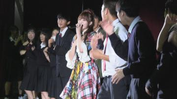 「恋するフォーチュンクッキー」を一緒に踊る岡部麟さんと生徒たち=石岡二高