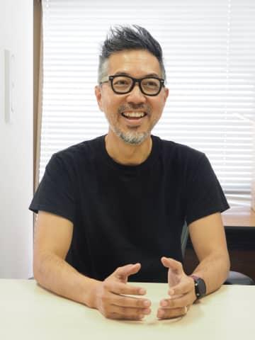 「自分のギフトに早く気付いて」と呼び掛ける安座間喜治さん=21日、沖縄タイムス社