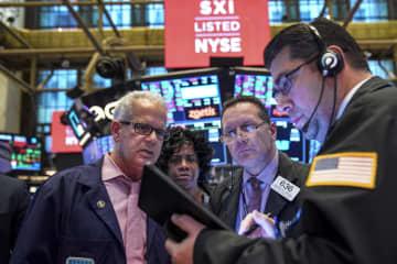 ニューヨーク証券取引所のトレーダー=(ゲッティ=共同)