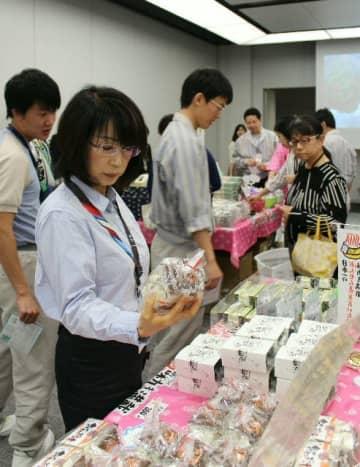 県産品が並び、多くの人でにぎわう「大分フェア」の会場=神奈川県川崎市のキヤノン川崎事業所