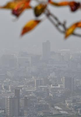 季節外れの黄砂が観測され、かすむ福井県福井市街地=10月30日午後1時50分ごろ、同市の東山から