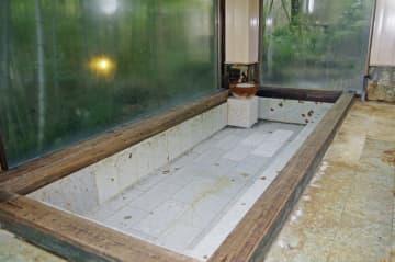 台風19号の大雨による土砂崩れで配管が壊れ、温泉供給ができなくなった旅館の浴槽=30日、神奈川県箱根町