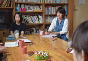 交流会に臨む小川久美子さん(右)ら=ひたちなか市