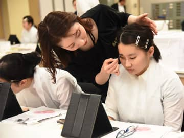 就職活動にふさわしいメークの仕方を教わる学生=大垣市西之川町、大垣女子短期大