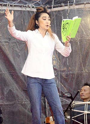 迫力たっぷりの舞台を披露する浅野温子さん