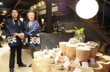 熊本地震で被災した築120年の町屋の改修後に、コーヒー豆専門店を開店した村井隆太さん(左)と建物所有者の北野淳一郎さん=熊本市中央区
