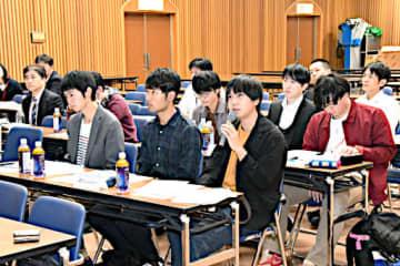 各チームの発表を聞き、意見交換する参加者=30日、鳥取県庁