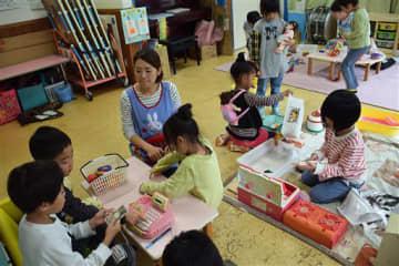 自分たちが選んだ遊びに取り組む子どもたち。遊んだ後は、成果を報告し合った=29日、弘前市の花園保育園
