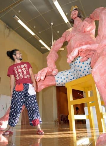 約4メートルの「裸の王様」を作成・展示した作家の本濃研太さん=ふなばしアンデルセン公園・子ども美術
