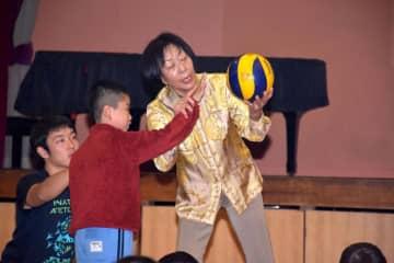 児童にサーブの打ち方を伝授する佐々木節子さん=かすみがうら市下稲吉