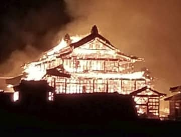 炎上する首里城の正殿=31日午前4時18分、那覇市(石崎豪さん撮影)