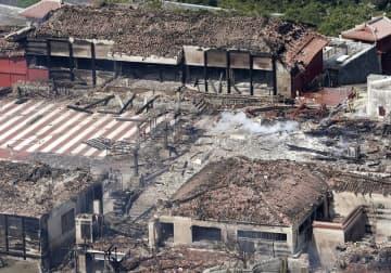火災で焼失した首里城の正殿(右中央)。奥は北殿=10月31日午後0時34分、沖縄県那覇市(共同通信社ヘリから)