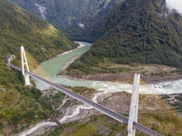 ダイナミックな景観が魅力 壮大な迫竜溝特大橋 チベット自治区