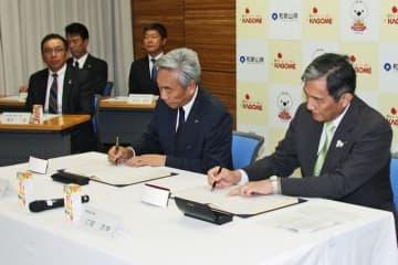 連携協定書に署名する仁坂吉伸知事(右)とカゴメの寺田直行社長=30日、和歌山県庁で