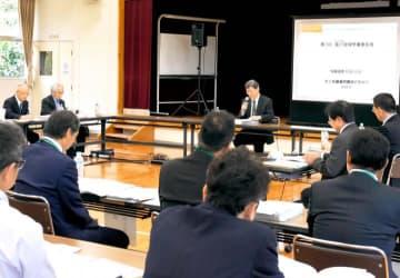 西日本豪雨を受けた肱川水系河川整備計画変更について話し合った学識者会議=30日午後、大洲市内