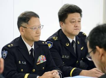 墜落した陸上自衛隊ヘリの同型機について、飛行再開に向けた取り組みを説明する防衛省担当者ら=31日午後、佐賀県庁