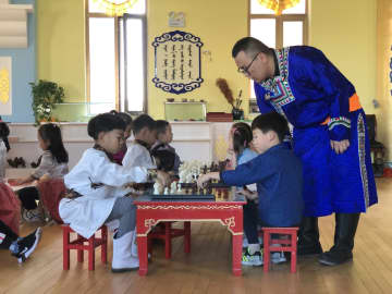 幼稚園でモンゴル将棋を体験 内モンゴル自治区