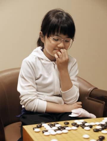 囲碁の棋聖戦ファーストトーナメント予選で高木淳平二段を破り、はにかむ仲邑菫初段=31日午後、大阪市の日本棋院関西総本部