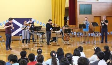クラシックの名曲を披露する交響楽団の演奏者ら=横浜市立北山田小学校