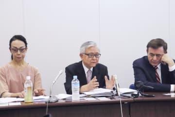 川崎市役所で記者会見する藤岡信勝氏(中央)ら=31日午後