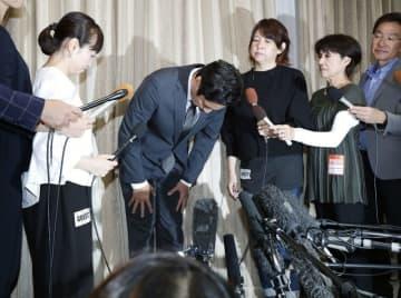 個人会社の申告漏れを巡り、記者会見で謝罪するお笑いコンビ「チュートリアル」の徳井義実さん(左から2人目)
