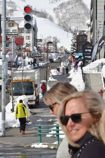 外国人観光客の姿が目立つ「ニセコエリア」=2018年2月、北海道倶知安町