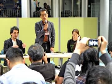 表現の自由をテーマにした集会で経緯を説明する中山代表(中央)=30日、川崎市麻生区の市アートセンター